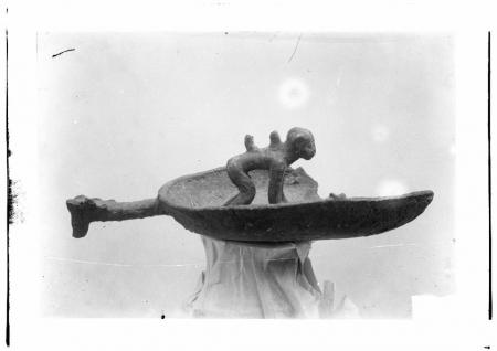 Navicella votiva in bronzo con scimmia