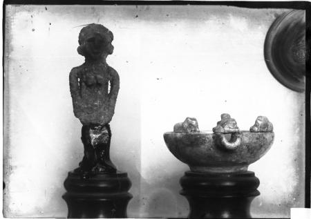 Statua e lucerna in terracotta, scavi Taramelli 1908